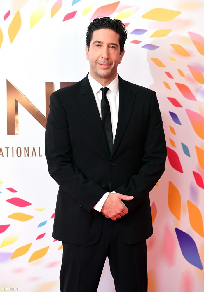 A Jóbarátok-rajongók a sorozat vége óta akarják, hogy valamilyen formában újrainduljon a sorozat, Jennifer Aniston nemrégi Insta-képe miatt (amin sorozat mind a hat szereplő rajta volt), újra  szárnyra kaptak a pletykák