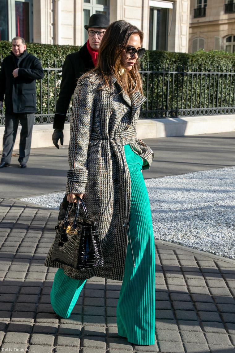 Victoria Beckham a botrányt kiváltó táskát szorongatja.
