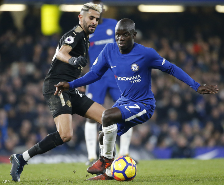 N'Golo Kante (j) francia játékos és az algériai Riyad Mahrez (b) a Premier League labdarúgó-mérkőzésen a Chelsea és a Leicester City között a londoni Stamford Bridge-en 2018. január 13-án.