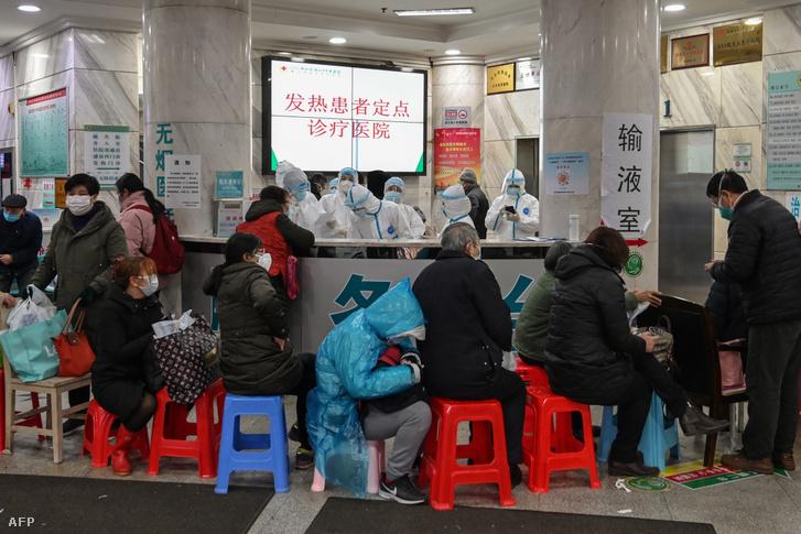 Emberek várnak ellátásra a vuhani Vörös Kereszt kórházban 2020. január 24-én