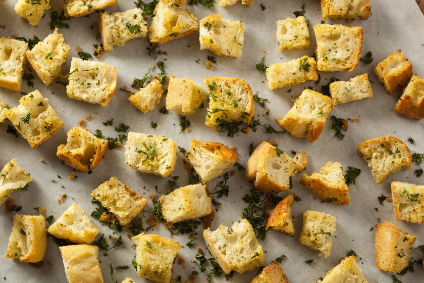 Ne dobd ki a megszáradt péksütit: finom levesbetéteket készíthetsz belőle