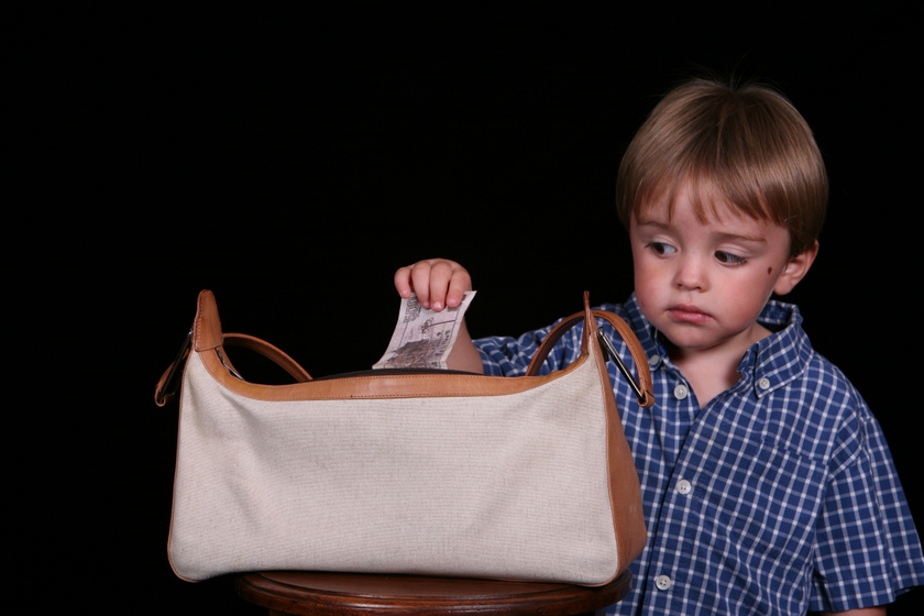 A szülő nem szívesen szembesül vele, de szinte minden gyerek csinálja - Mi a teendő lopás esetén?