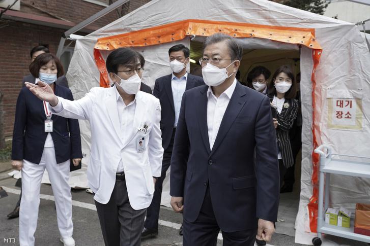 Mun Dzse In dél-koreai államfõ (j) maszkot visel a koronavírus elleni védekezésül a szöuli központi kórházban tett látogatásán 2020. január 28-án