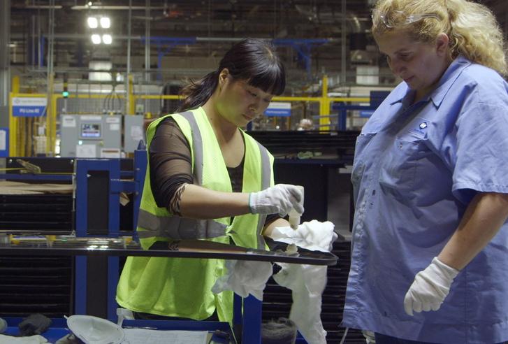 A szélvédőgyártásban jártas, hazulról hozott kínai munkaerő tanítja be az amerikait