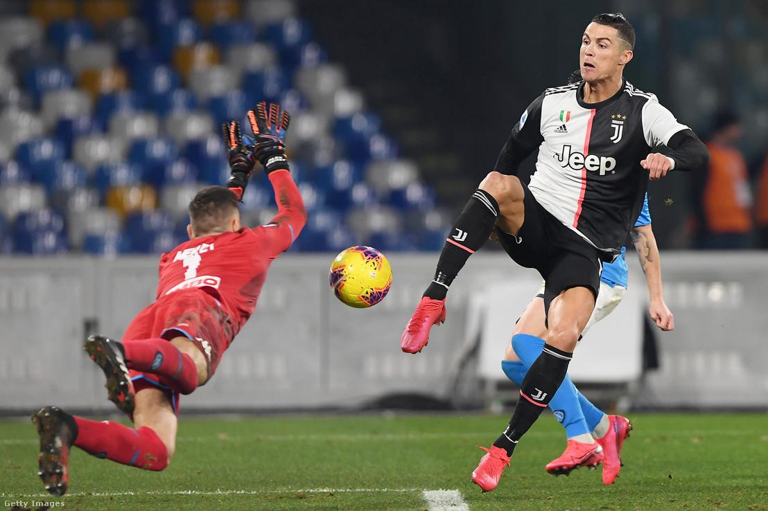 Cristiano Ronaldo gólt rúg az SSC Napoli elleni mérkőzésen San Paoloban 2020. január 26-án