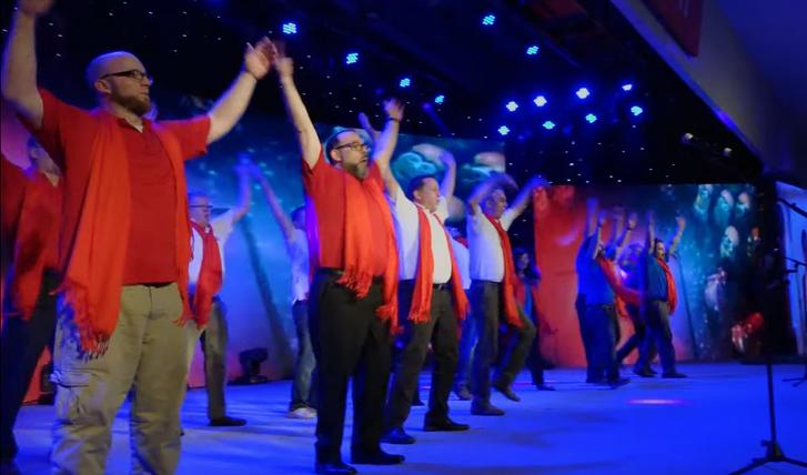 A kínai túrán járó amerikaiakat is elkapta a hangulat, ez itt egy vörös sálban előadott Y.M.C.A. a helyi közönségnek