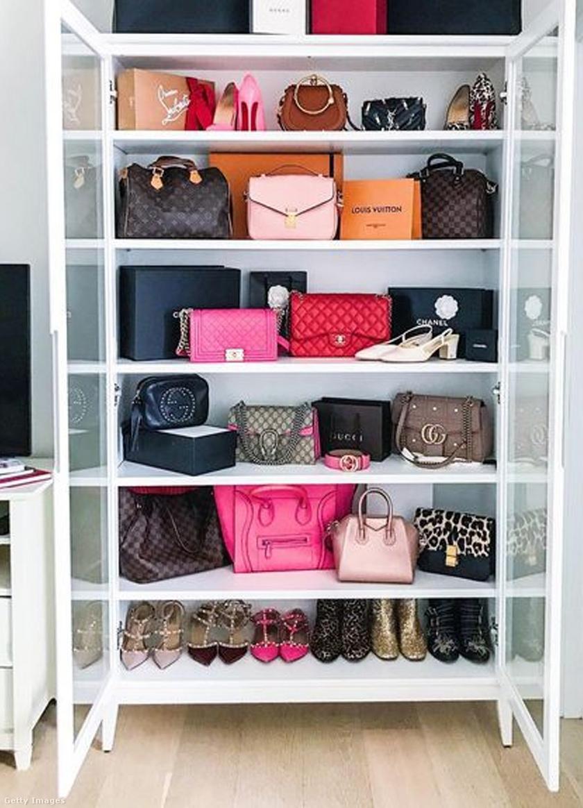 A butikokban mindig gyönyörűen rendszerezik a táskákat: azt az érzést adhatja vissza, ha egy vitrines szekrényt kinevezünk táskatárolónak.