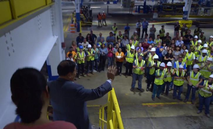Cao beköszön a gyár első alkalmazottainak