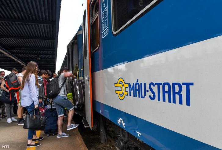 Vonatra felszálló utasok