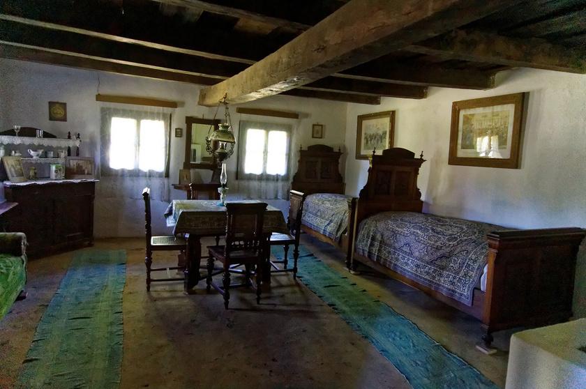 Egy parasztház szobája a Sóstói Múzeumfaluban.