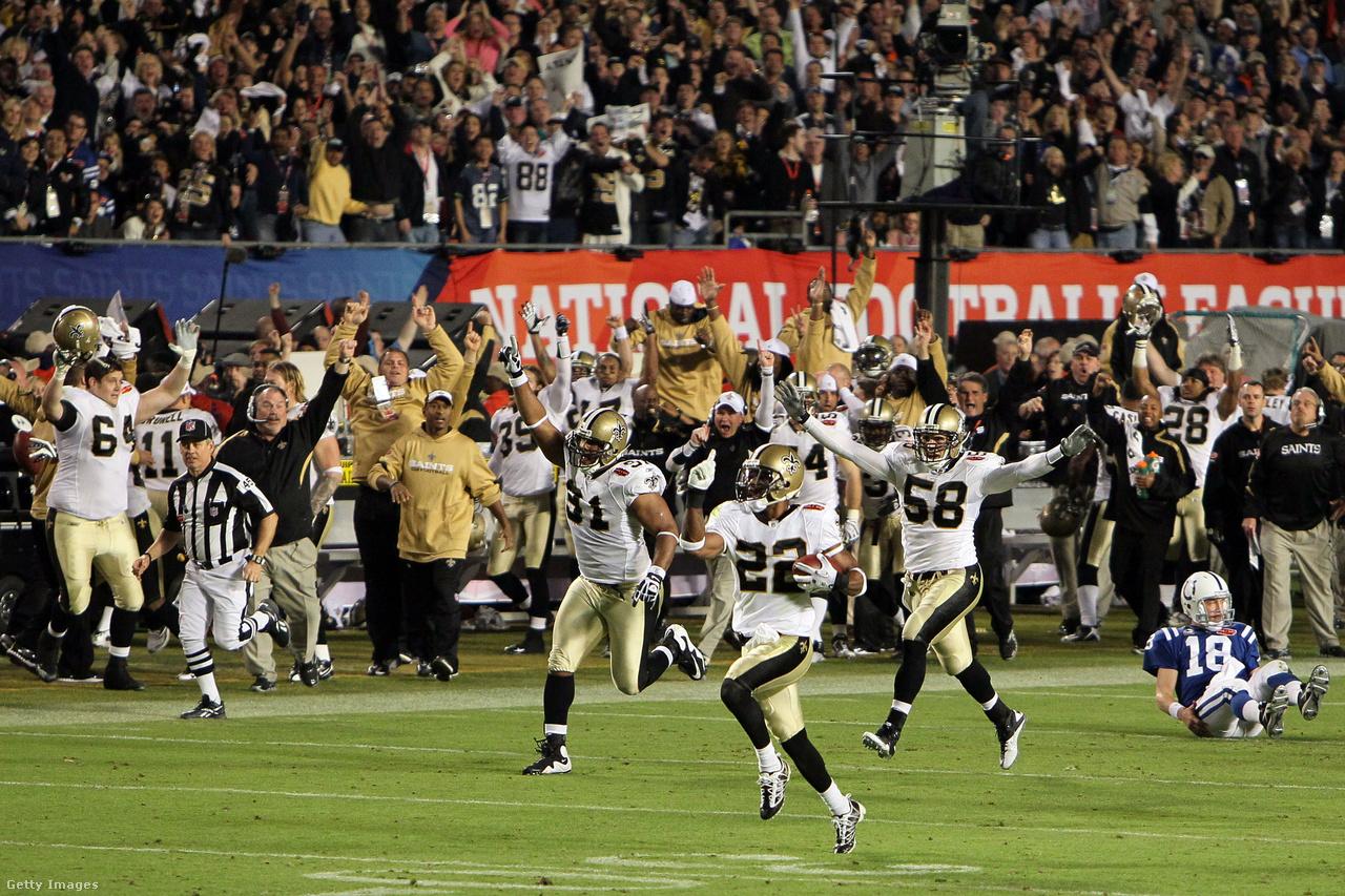 A háttérben az akkor még csak egyszeres bajnok Peyton Manning (Indianapolis Colts) ül a földön, az előtérben Tracy Porter (New Orleans Saints) nyargal a tőle megszerezett labdával útban egy touchdown felé a Super Bowl XLIV-ben. Porter 24-17-es vezetésnél, a negyedik negyedben szerzett interceptiont, amivel 74 yardot sprintelt, eldöntve a mérkőzést. Manning már közel 34 éves volt, nem lehetett tudni, hogy lesz-e még lehetősége újabb bajnoki címet nyerni – óriási igazságtalanság lett volna, ha csak egy gyűrűvel fejezi be, igaz, az is, ha a New Orleans Saints és Drew Brees egyet sem nyernek. Ez a döntő a mai napig a legkésőbb, február 7-én tartott Super Bowl, de 2021 februárjában ismét eddig kell majd várni a döntőre.
