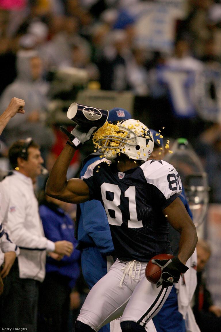 Hős és botrányhős között vékony a választóvonal, Terrell Owens viszont szinte teljes karrierje során azon táncolt. Öt csapatban fordult meg, három szezonban is övé volt a legtöbb elkapott touchdown, egyedüli játékosként szerzett touchdownt mind a 32 NFL-csapat ellen, ráadásul mind ellen volt legalább két TD-je, Super Bowlt viszont sosem nyert, különc magatartásával, aminek az extravagáns ünneplések állandó kifejezőeszközei voltak, pedig megosztotta a szurkolókat. Visszavonulása után sem bírt magával, nehezen viselte, hogy nem azonnal választották be a Hírességek Csarnokába, így 2017-ben, egy évvel a tényleges halhatatlanná válása előtt elébe ment a dolgoknak, és saját maga készíttetett egy aranyzakót, amit a halhatatlanok kapnak, hogy abban villoghasson, és jelezze, az NFL legnagyobbjai között a helye.