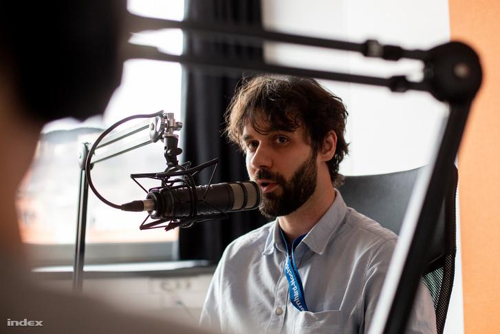 Kemenesi Gábor az index podcaststúdiójában