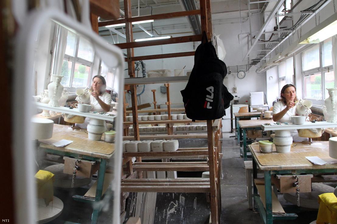 Egy dolgozó a hollóházi porcelángyárban