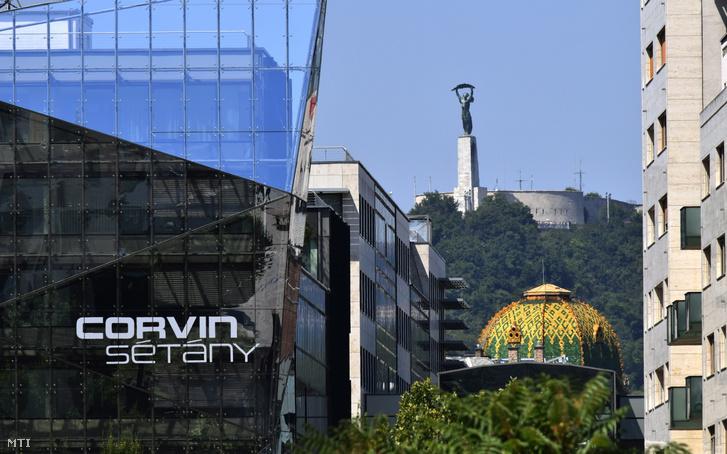 Kilátás a Corvin sétányról a Gellért-hegyre és a Szabadság-szoborra. Középen az Iparművészeti Múzeum Zsolnay kerámiás teteje