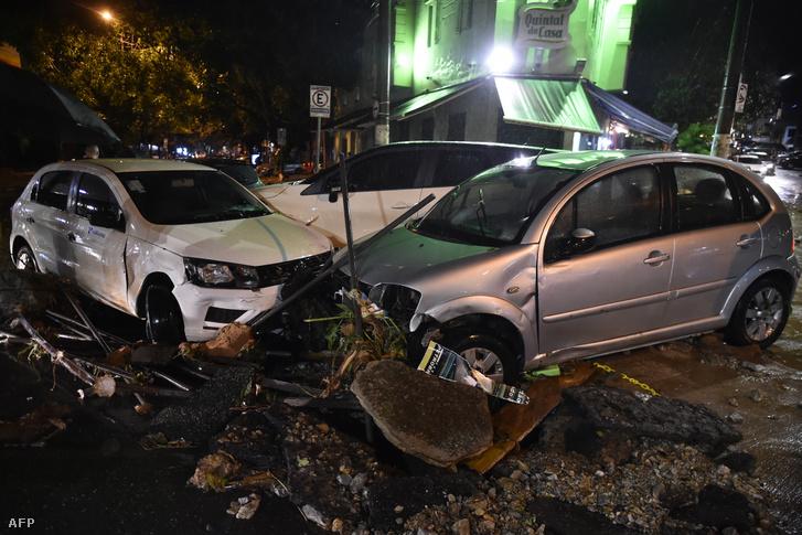 Heves esőzések miatti áradásban összetört autók Belo Horizontéban 2020. január 28-án