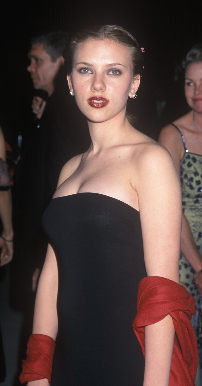 Scharlett Johanssont díj nélkül, visszafogott ruhában, vörös sállal és rúzzsal láthatja