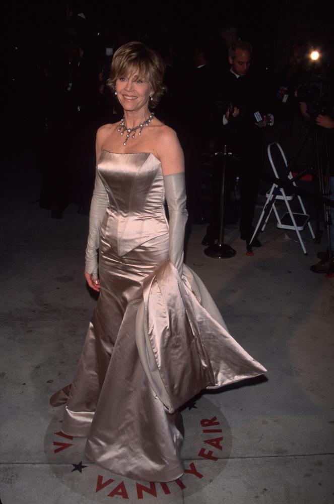 Jane Fonda egy ezüstös csillogású ruhában jelent meg a díjátadón,..