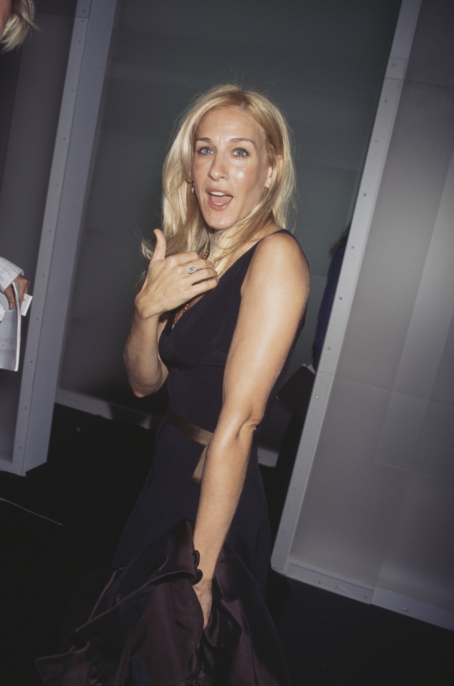 Sarah Jessica Parker pedig még nagyban alakította Carrie Bradshawt, a Szex és New York szexi szinglijét