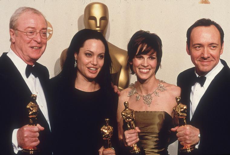 Itt pedig már egy csoportképet láthat a nyertesekről, kiegészülve 2000 legjobb férfi főszereplőjével, Kevin Spaceyvel, aki  Amerikai szépség c