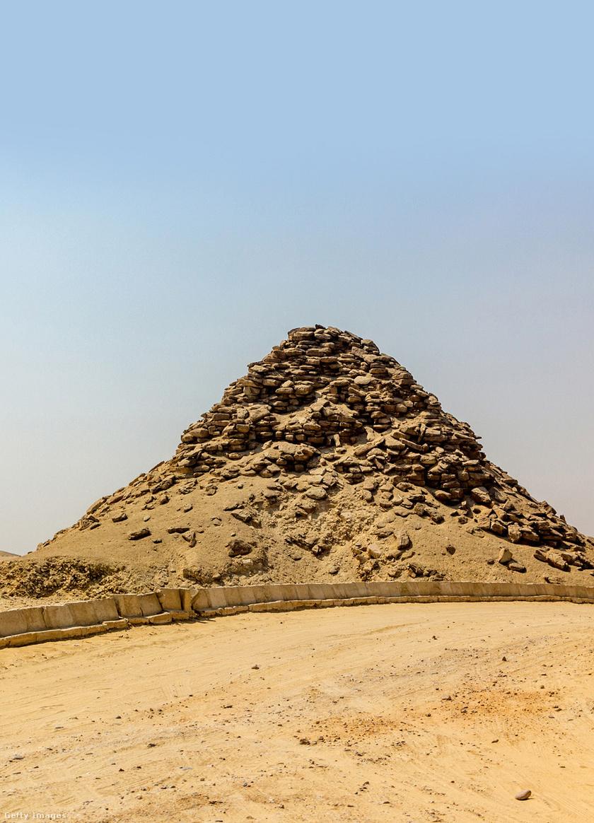 Userkaf piramisa.
