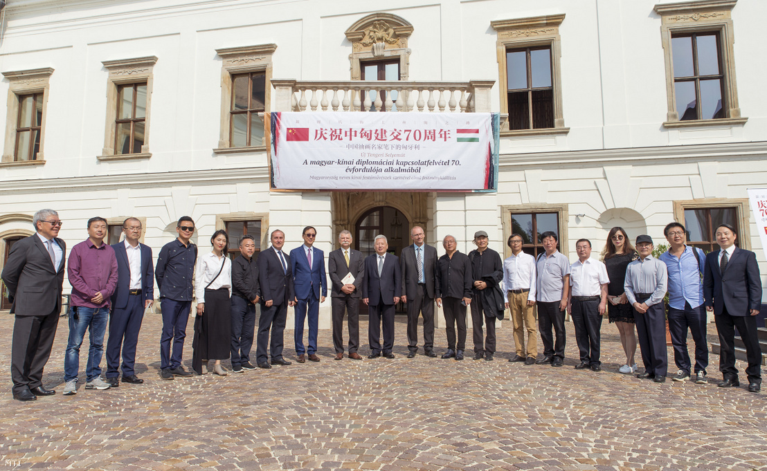 Kövér László, az Országgyűlés elnöke (balról a kilencedik), Frank Liu, a CHI FU Investement Group alapító elnöke (balról a nyolcadik), Tuan Csie-lung kínai nagykövet (balról a tizedik), Áldozó Tamás (Fidesz-KDNP), Pápa polgármestere (balról a tizenegyedik) és kínai festőművészek az Új Tengeri Selyemút - Magyarország neves kínai festőművészek szemével című tárlat megnyitóján a pápai Esterházy-kastélyban 2019. augusztus 23-án
