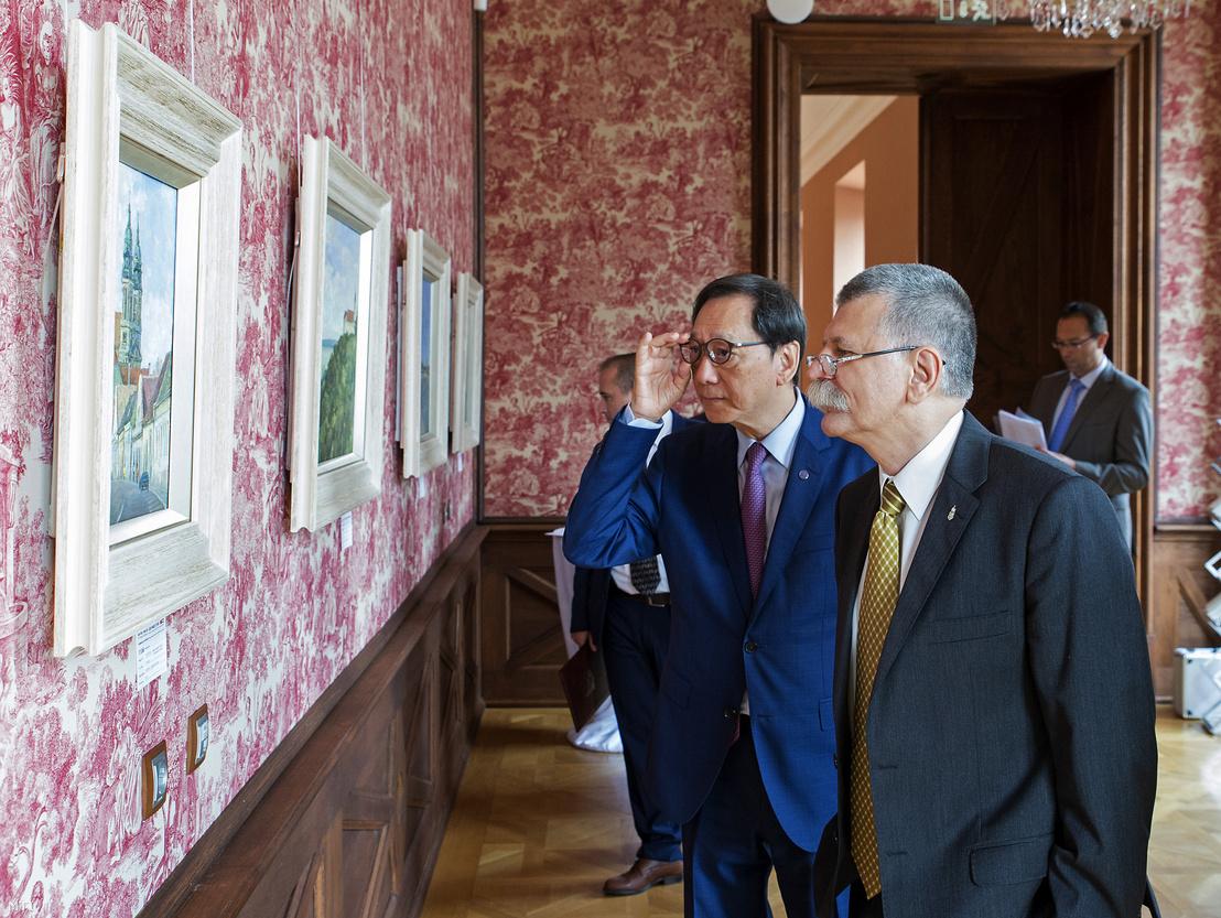 Kövér László (jobbra) és Frank Liu az Új Tengeri Selyemút – Magyarország neves kínai festőművészek szemével című tárlat megnyitóján a pápai Esterházy-kastélyban 2019. augusztus 23-án