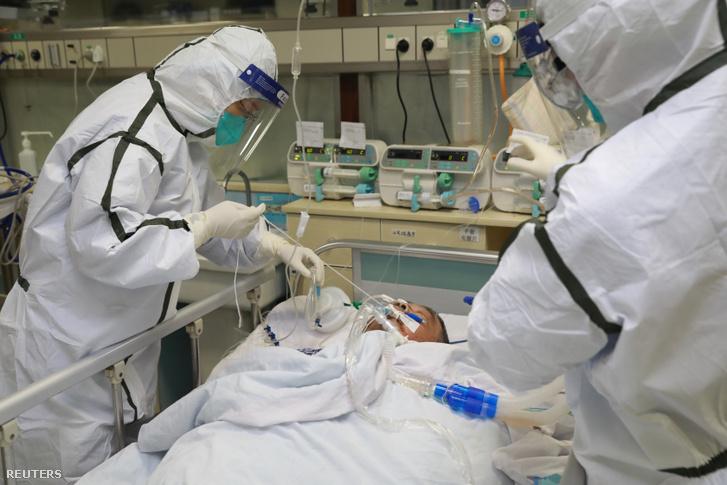 Egészségügyi személyzet kezeli az új koronavírus által fertőzött beteget a vuhani Zhongnan Egyetem kórházában 2020. január 27-én