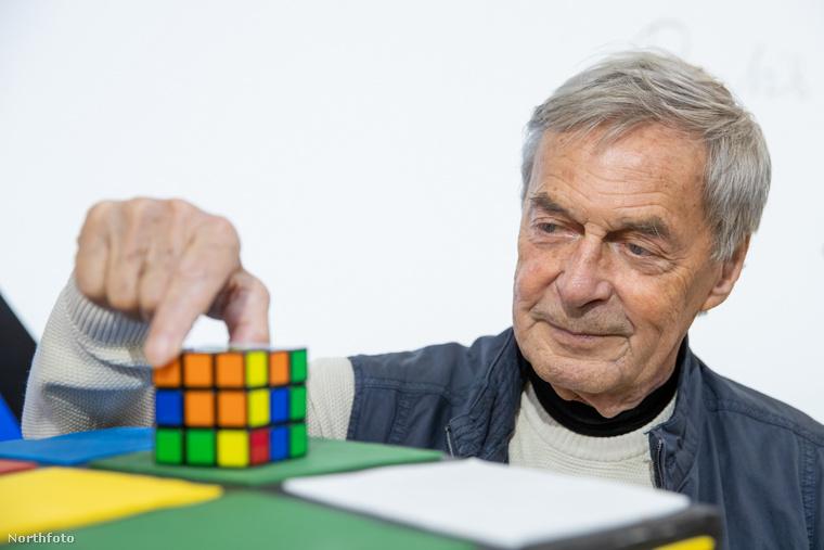 """""""Rubik 1979-ben engedélyezte a Magic Cube-ot az Ideal Toys, egy amerikai társaság számára"""