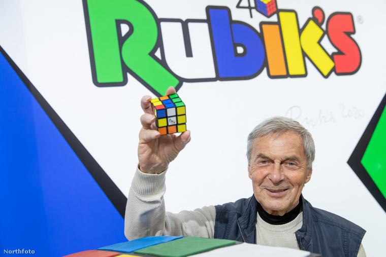 Amint az a kép tetejénél majdnem látszik, a magyar játékfeltalálót azért hívták meg, mert az általa alkotott bűvös kocka idén lett 40 éves.