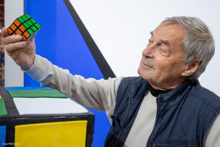 Persze a Rubik-kocka csak a nemzetközi nagyközönség számára 40 éves, Magyarországon már 1977 végén, azaz bő 42 éve forgalomba került, magát a játékot pedig Rubik Ernő még korábban feltalálta, csak évekig eltartott a szabadalmaztatás és a gyártás beindítása.