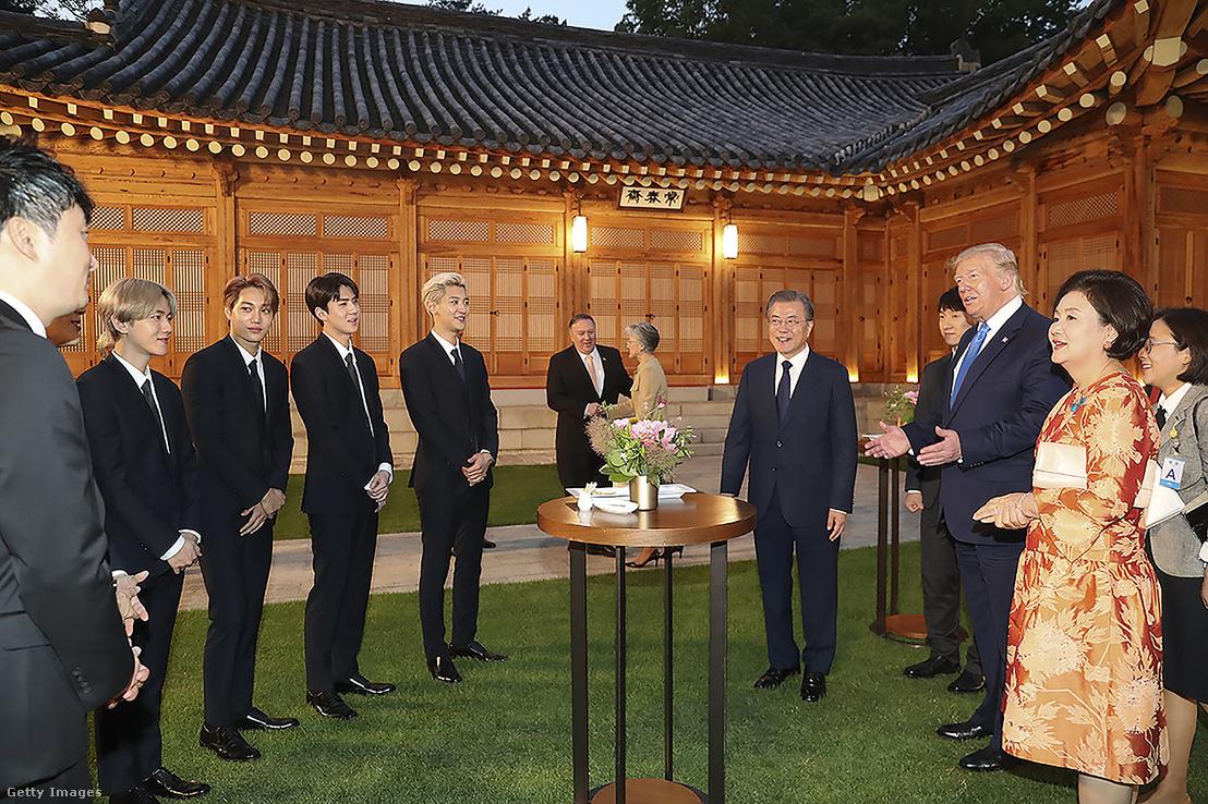 Trump és az EXO nevű fiúcsapat tagjai a Dél-Koreában