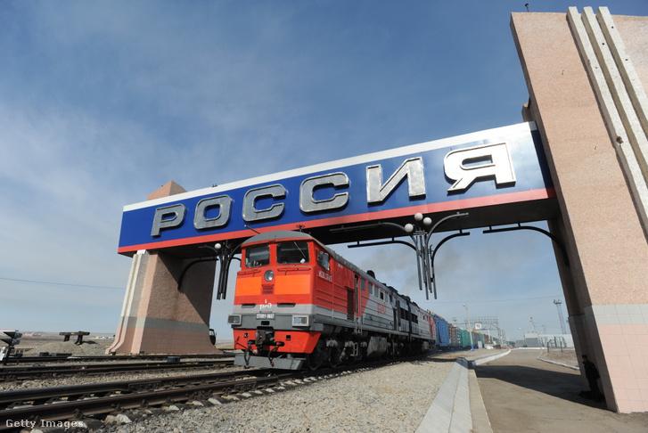 Vonat halad át az Orosz-kínai határon Transzbajkálnál 2018-ban