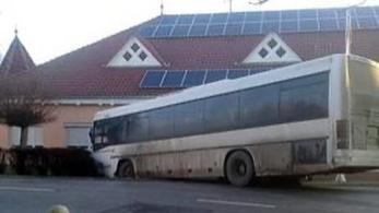 Tucatnyi gyerek sérült meg a géderlaki buszbalesetben