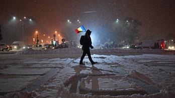 Tétlenül ülnek a köztisztaságisok a hóekés kocsikban, és várakoznak egy Ceaușescu-rendelet miatt