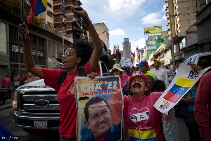 Nicolás Maduro venezuelai államfő támogatói egy kormánypárti megmozduláson Caracasban 2019. december 3-án