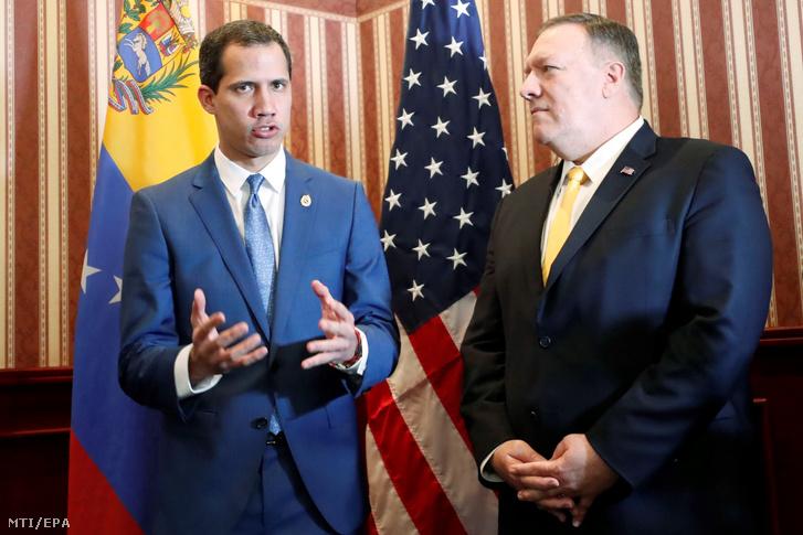 Juan Guaidó a venezuelai ellenzék vezetője (b) és Mike Pompeo amerikai külügyminiszter sajtóértekezleten vesz részt a terrorizmus elleni harcról tartott regionális miniszteri értekezleten a kolumbiai fővárosban Bogotában 2020. január 20-án.