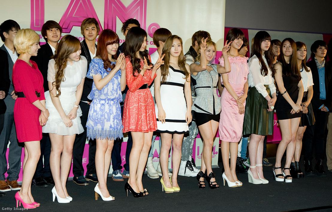 Az f(x) tagjai és más k-pop sztárok egy sajtóeseményen Szöulban 2012-ben