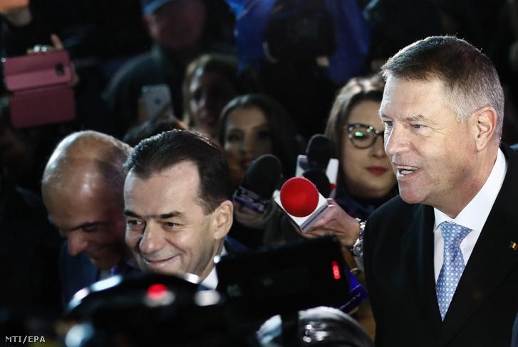 Klaus Iohannis román államfő a Nemzeti Liberális Párt (PNL) jelöltje miután győzött a román elnökválasztás második fordulójában Bukarestben 2019. november 24-én. Balról Ludovic Orban miniszterelnök.