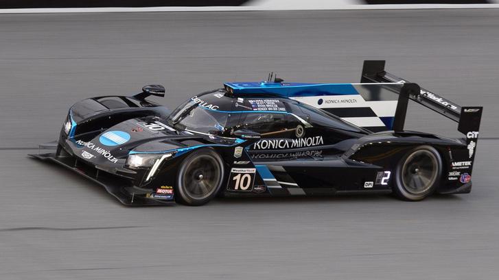 A jelenlegi Daytona Prototype kategóriát is az LMDh váltaná le. Ez itt a múlt heti Daytonai 24 órás győztese, a Cadillac DPi