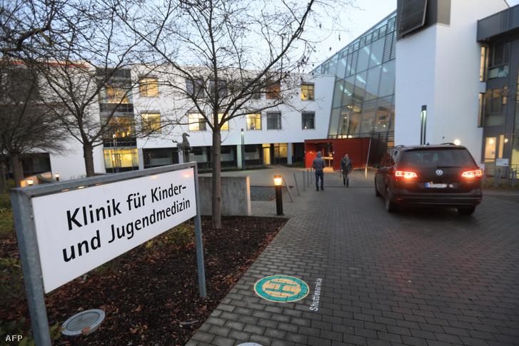 Az Ulm városában található kórház gyermekgyógyászati klinikájának bejárata
