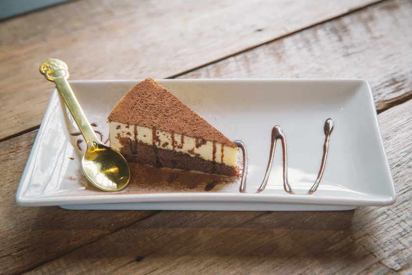 Csodás cappuccino-szelet: puha olajos piskótából mennyei kávés krémmel