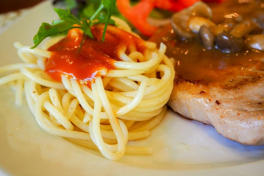 Szaftos, gombás-paradicsomos karaj: spagettivel tálalva jó laktató