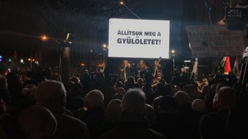 Itt nézheti élőben a Fidesz tüntetését