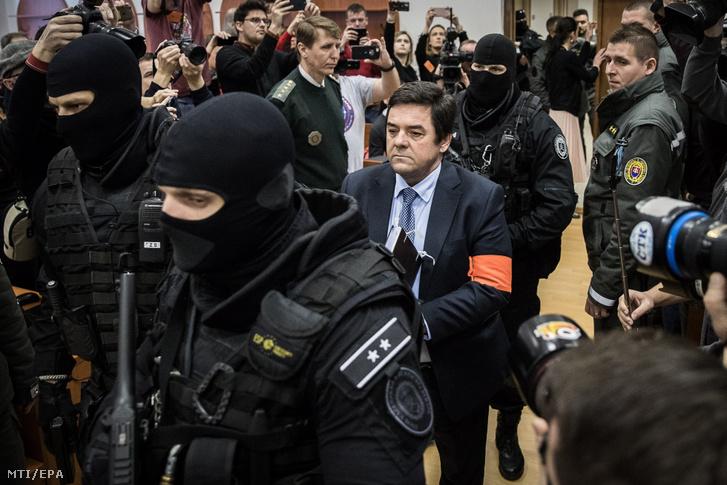 A gyilkosság megrendelésével vádolt Marián Kocner szlovák üzletember a bazini jogi akadémia tárgyalótermében 2020. január 13-án