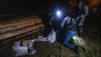 Egy dobozzal a hóna alatt menekült a drogkereskedő