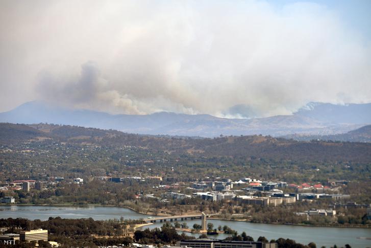 Bozóttűz füstje az ausztrál fővárostól, Canberrától 30 kilométerre délre fekvő Tharwa térségében 2020. január 31-én.