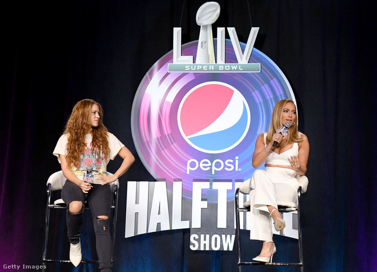 Az amerikai futballbajnokság hivatalos sajtótájékoztatóját már meg is tartották a két énekesnő szereplésével, akik igencsak eltérően készültek az eseményre