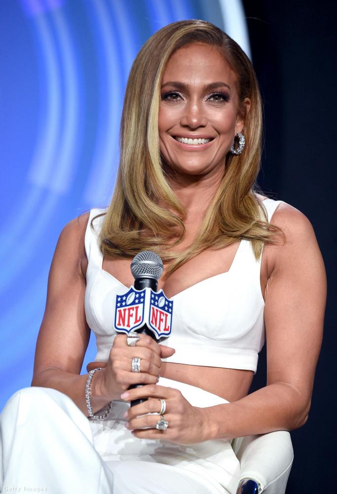 Jennifer Lopez melleit hangsúlyozó ruhában, tökéletes frizurával jelent meg,...