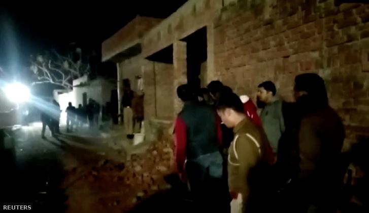 Rendőrök és helyi lakosok a farrukhabadi ház előtt, ahol egy férfi nőket és gyerekeket tartott fogva